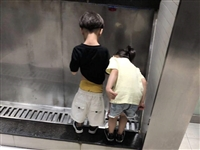 现在的女孩子都这么明目张胆看男生尿尿的嘛?不怕长大之后尴尬啊