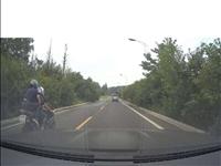 这两个骑摩托的人,把小孩都吵的吓死了!