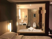 酒店的洗手间居然是透明的,这上厕所被对象都看光了,多尴尬啊!