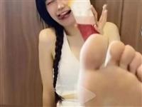 什么德行?这些女生怎么总喜欢把脚伸到镜头前**?还说是最近流行的绿茶风格?