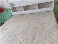 出售1.8/2米大床一张,带俩个抽屉和床垫