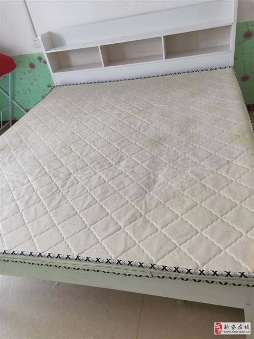 出售1.8/2米大床一張,帶倆個抽屜和床墊