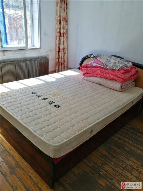 门,红木门黄木门2个,玻璃门1个,床、床垫低价出售