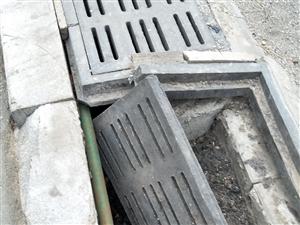 凹陷下去的井盖