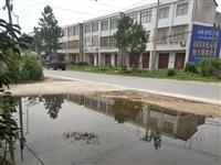 公路加高门口成池塘,水无法排出,