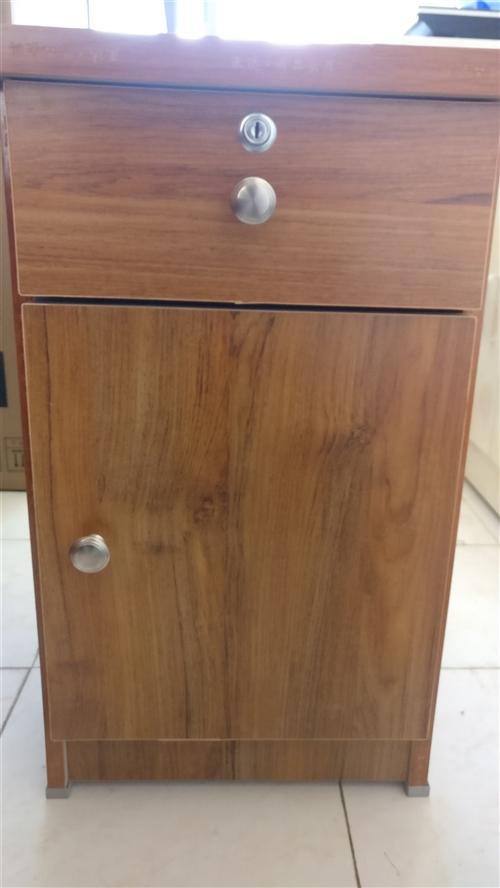 棕色床头柜和白色橱柜,九成新,价格可电联或面议,18393881992。