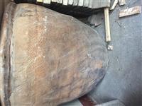 老古董,正常使用中的大水缸,60年多年,超大口径,宽口陶质鱼纹狮子头水缸。高80厘米,直径80厘米。...
