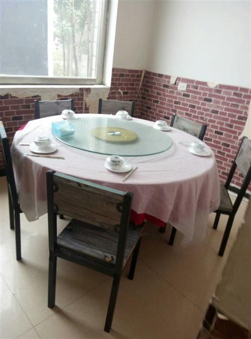 这是本人去年和朋友开饭店买的**大桌子没有用几天饭店就不好了,大桌子1.6直径,现在还有十成新呢,有...