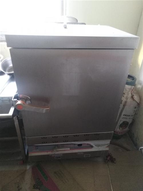小火鍋旋轉臺,蒸米飯機,湯桶,四頭煤氣灶,1.8米冷凍操作臺,未用過的垃圾桶,吧臺。全部便宜處理