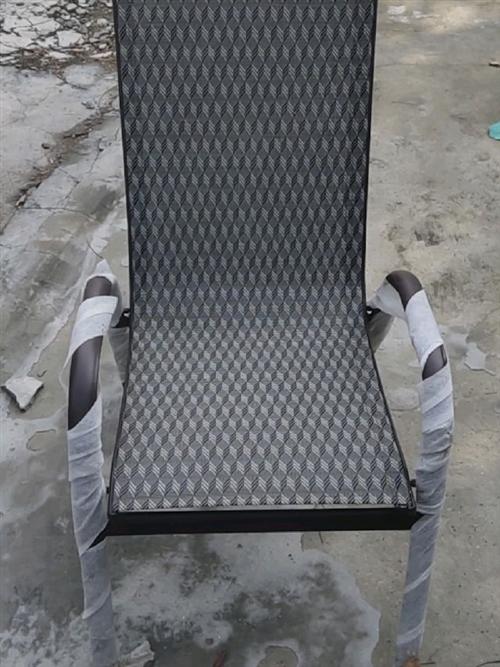 沙滩椅**的,一共十套价格美丽,资格广货,标注的价格是一套(四根凳子和一张桌子)的,想买的可以来实地...