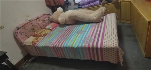 现有1米5床一张,低价出售。有意者联系,非诚勿扰。