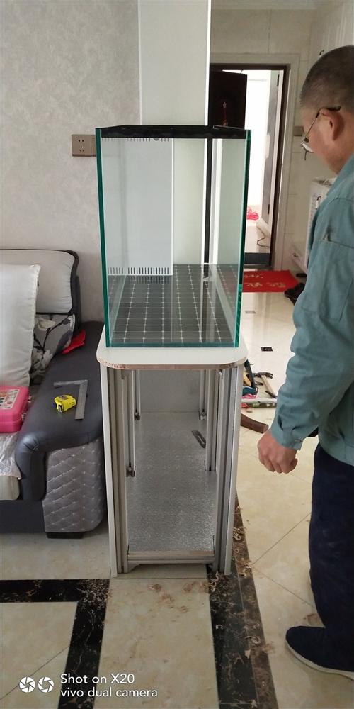 出售底滤鱼缸,鱼缸尺寸100/40/60,山东金晶超白玻璃12个厚的。柜子是铝合金型材的2.0T国标...