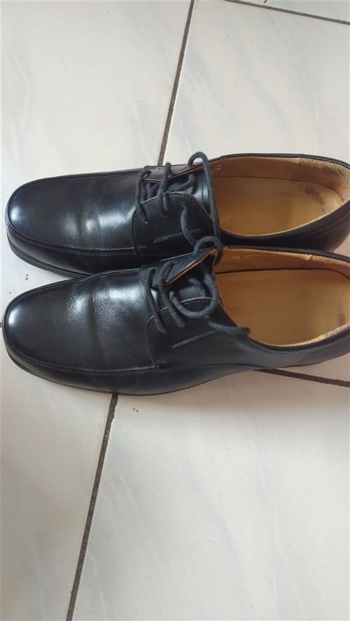 男式42碼和女式38碼厚底牛皮鞋各一雙,太大沒法穿,便宜處理,有需要電話聯系