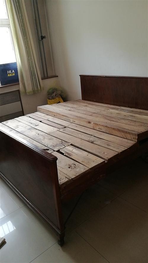 因为装修淘汰一个一米八二米的实木大床。价格好商量,出租房用很实惠。照片是拆床板来。看起来不平。