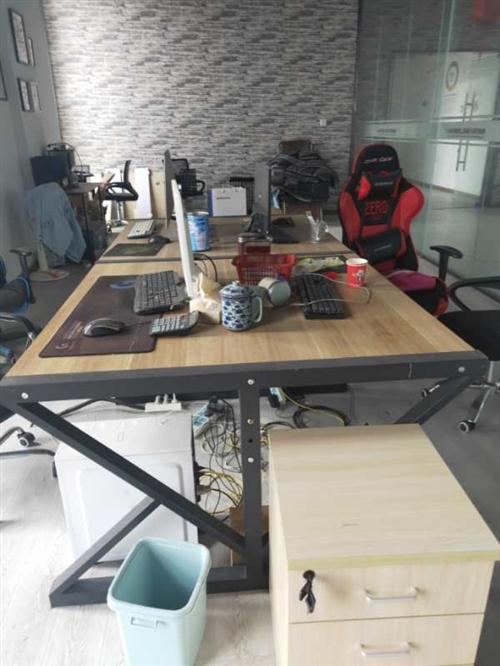 因要搬辦公地點,所有辦公設備特價處理!四人位的辦公桌椅,一套老板桌椅,兩臺臺式電腦,兩個小型儲物柜,...