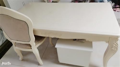 八成新桌子,3000,可上门面议,一共是三张桌子六把椅子,可送一个八成新电视柜和五成新沙发,先到先得...