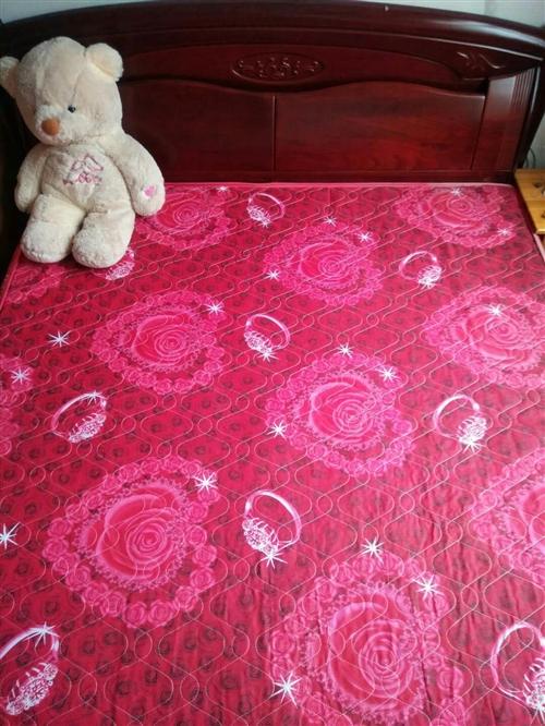 经典实木大床,1.8×2米,居家租房的**选择,9成新,带床垫,带两个原配套床头柜。位置潍坊青州城区...