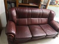 广东**真皮沙发一套(一大两小),棕红色。青州城里,自取