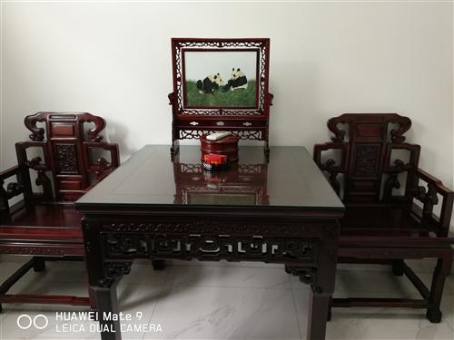 红木八仙桌一张,座椅二张。做工精细,未有碰擦,因拆迁想出售,有意者请通过热线联系我。