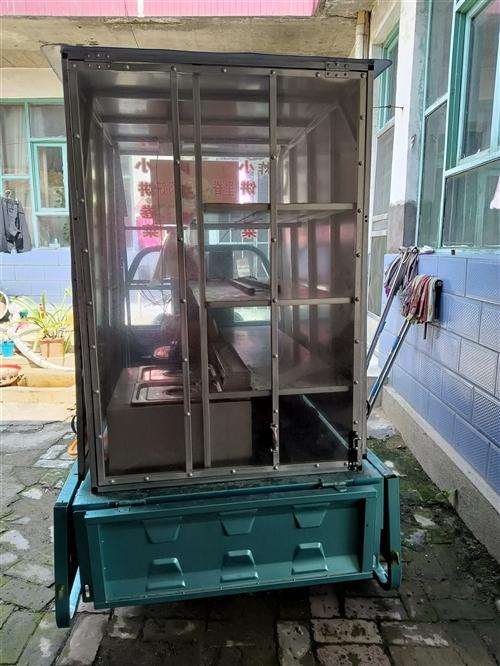 剛定製的三輪車帶小吃架子,用了一個月,九成新,帶一個大炸炸鍋,因個人原因轉讓,架子是1.5米三輪車上...