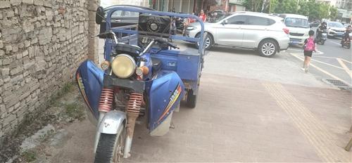 转让两辆三轮车,一辆16年250排量烧汽油带自卸五轮三轮车,一辆15年175排量烧汽油珠峰普通三轮车