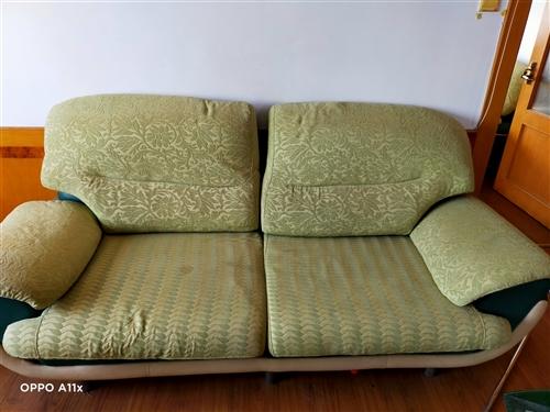 沙发组合,浅绿色(有色差,实物颜色较鲜亮),舒适。低价出售。
