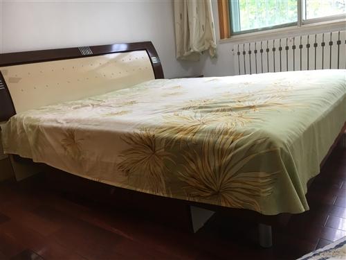 1.8米床+床墊,價格可刀,孩子上學買了個書桌,放不下