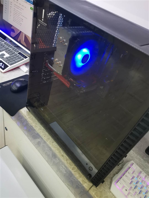 ///       出售一套自用二手 《吃鸡》电脑?? ,才买半年,自行在加装几个灯光,绝对杠...