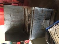 8成新桌子70,椅子40.不锈钢方桌100,不锈钢长桌150.烤鱼架2000元,一次性泡沫打包盒20...