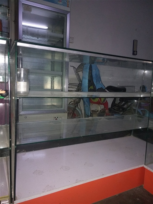 出售玻璃展示柜长度1.2米,高0.87米,宽0.47。两种柜子有意者联系