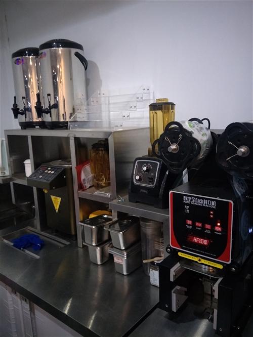 本人有一套9成新奶茶设备,汉堡设备和三开口可乐机低价转让,物美价廉,需要的老板联系。