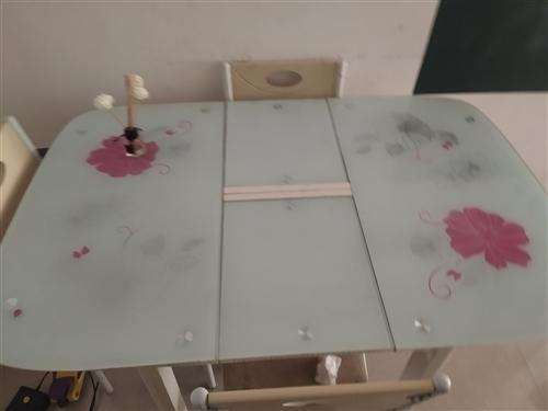 自家用的,餐桌基本没用过就放在餐厅放东西。现在换新的处理了。一桌4椅需要的加微信联系15552961...