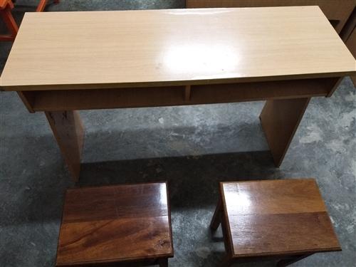 50多张学生桌,九成新,质量优。整体打包半价出售。