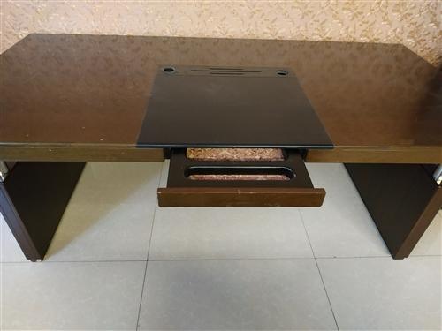 老板桌,长2米,宽1米,9成新。价格面议。