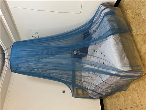 出售二手床1.8*2米,搬进来就没住过都是新的带床垫抽屉柜