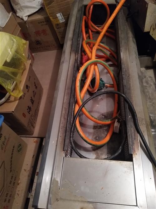 本人有1.2*40液化气烧烤炉一个(图一)用了一个月。玻璃面桌子四套(图二),带长条板凳 另有电扒炉...