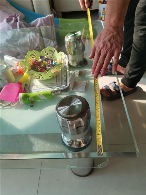 因为换的新家具,这个茶几闲置,便宜出售,仅限自提。长150cm,宽85cm,高43cm。
