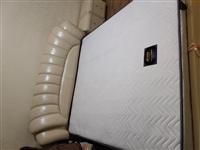 出售床和床头柜床垫,近100%新,原价6500,现2000出售,有需要的联系18104391258