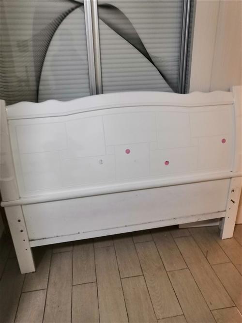 由于买了新床,已经拆了,只拍了床头,1.5米宽木板木架床,八成新。有需要的朋友从速。