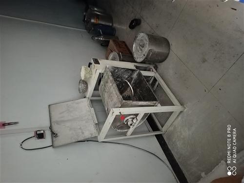 50公斤和面机一台,烤肠机一台,烧饼炉一台,抽油烟机加净化器一台,35cm多用桶4个。发小面案各一台...