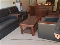 有一套办公桌椅,低价出售,九折新,见钱就卖