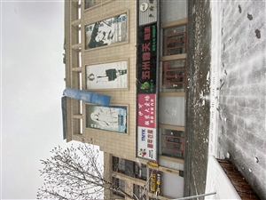 步行街原东北亚楼顶铁皮瓦被大风吹坏