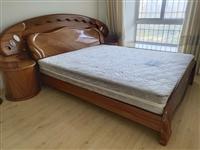 1.8米实木床+床垫9成新,没有磕碰,自提900元,需要邮寄的运费自付,非诚勿扰。