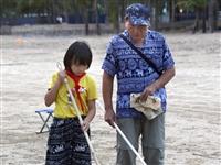 候鸟老人海边义务教孩子练字