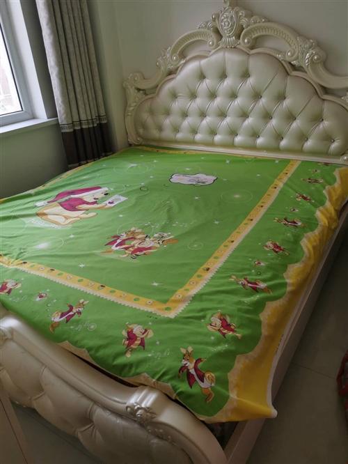 1.8*2米欧式床,带床垫,两个床头柜,9成新,凌源自提!2000一套拿走!可刀。