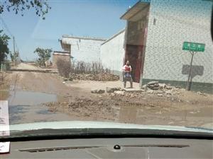 连庄镇军营村村西头路口公路出现大坑严重影响交通