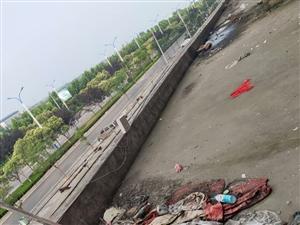 看看阜����湖新城的�l生,�@小�^高空��物是怎么管的???
