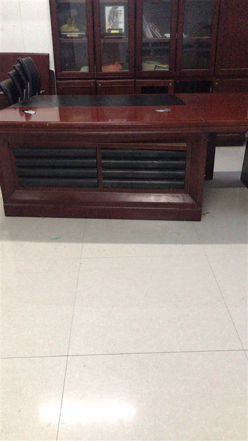 办公用老板桌和书柜,低价处理。7成新!地址东区附近,自行取货,价格可议!联系电话1830374011...