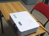 宏基牌投影仪,型号盒子上有,可以说**,没用2次,就是拆开了包装。商务,培训机构,私人,都可以用,
