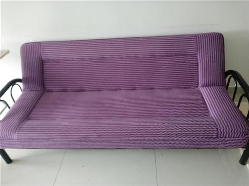 两米长的很新的沙发,可以坐也可以放倒放床。只需200,买的时候四百多,